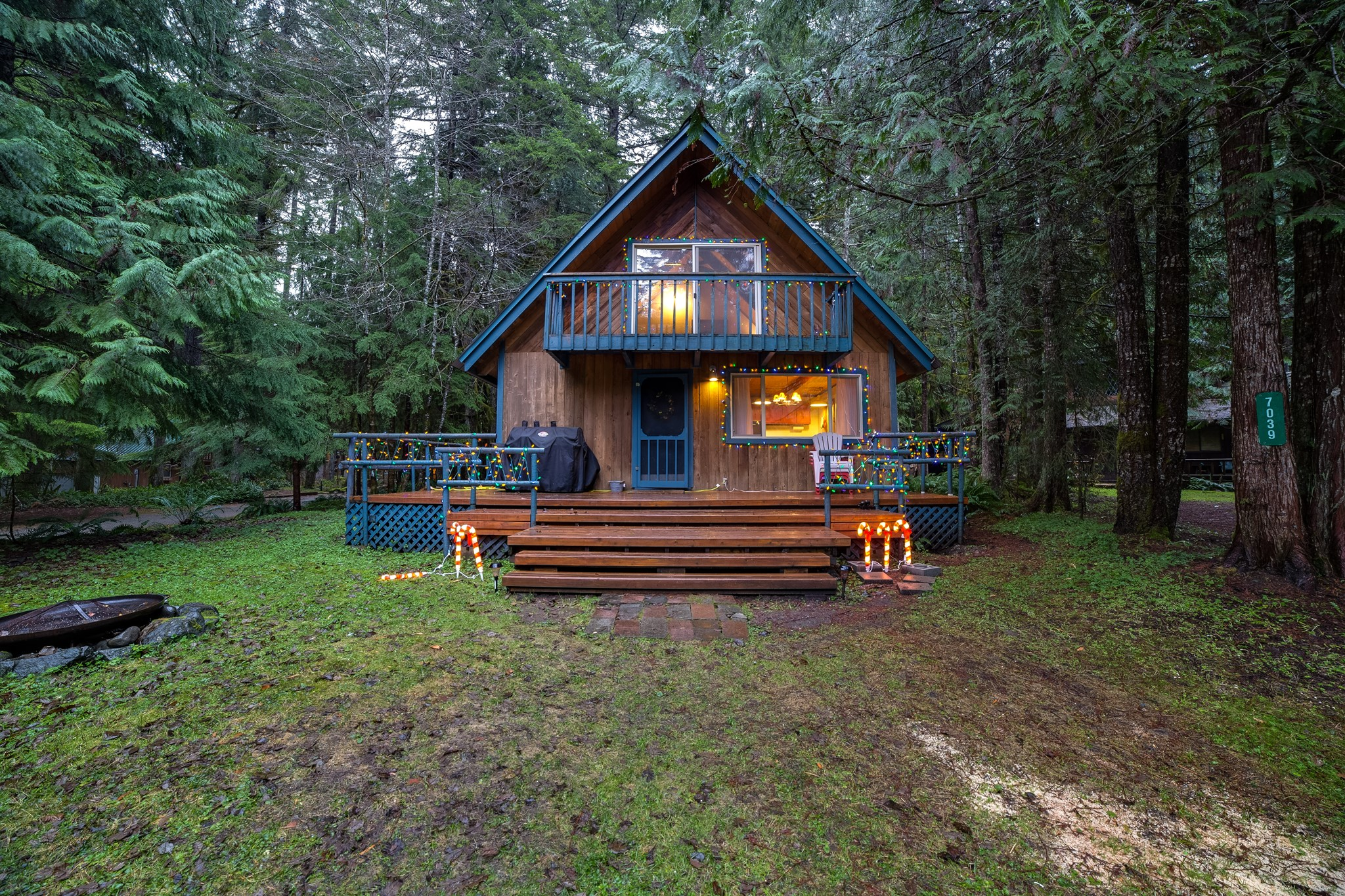 Mt. Baker Lodging – Snowline Cabin #48SL – Hot Tub – Pets Ok – WIFI – Wood Stove – Sleeps 5