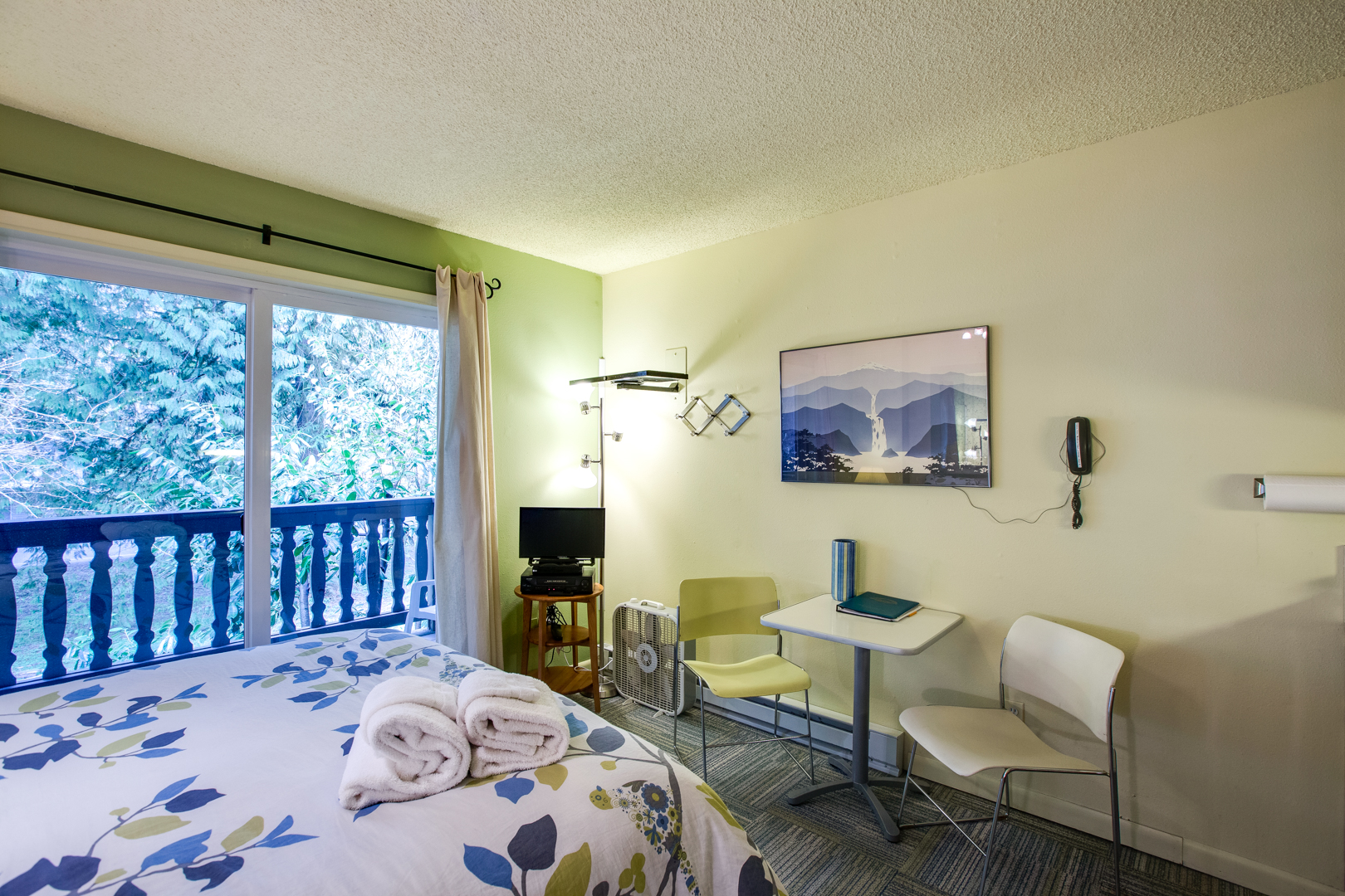 Mt. Baker Lodging – Snowline Lodge Condo #88SLL – Inexpensive – Economical – Kitchenette – Sleeps 2